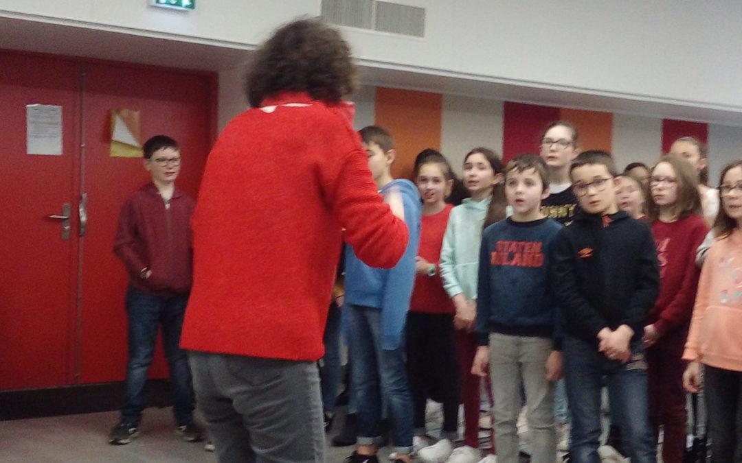Les CM2 chantent avec la chorale du collège